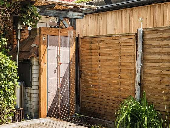 Postavte si na zahradě venkovní sprchu, není to nic těžkého (Zdroj: Prima DOMA MEDIA, s.r.o.)