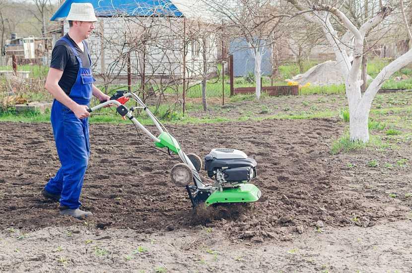 Zpracování půdy na jaře pomocí nožového kypřiče