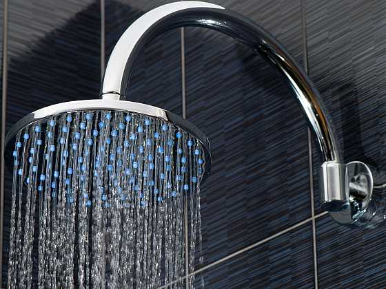 Ucpané trysky u sprchové hlavice? Ocet zvládne vše vyčistit (Zdroj: Depositphotos)