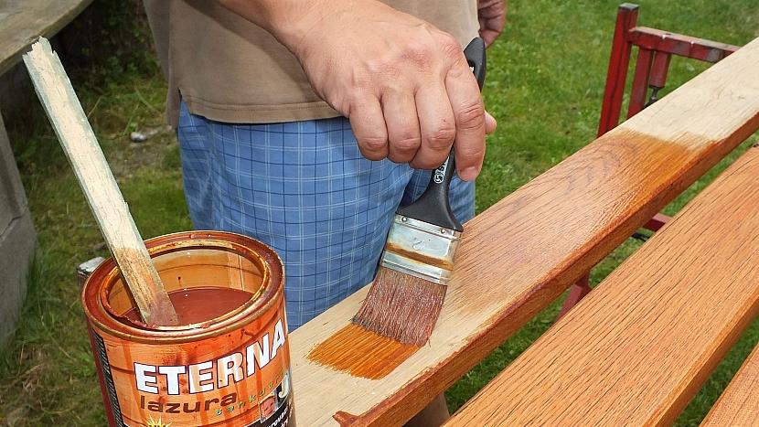 Renovace lavice: prkna natřeme lazurou