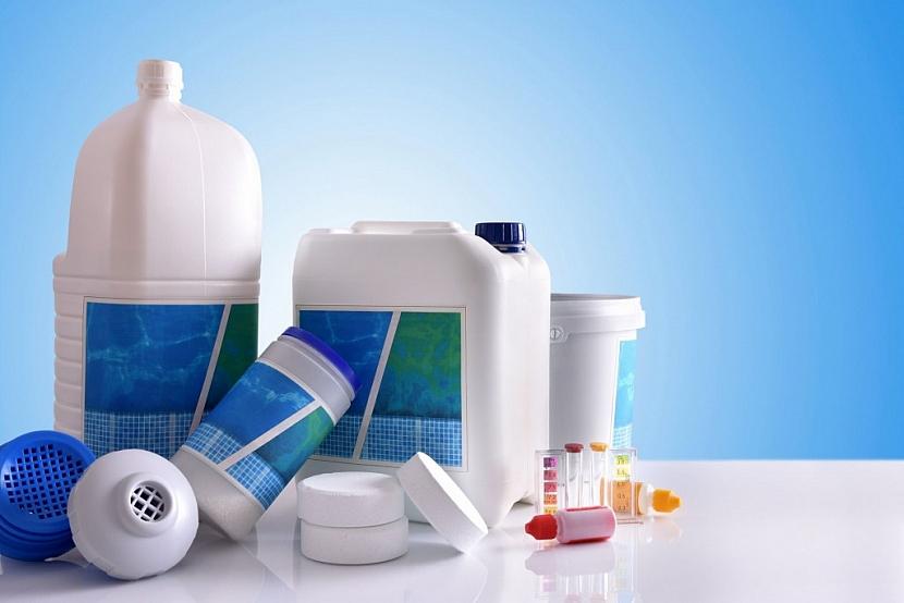 Bazénová chemie je k dostání jako kapalina, granule nebo tablety