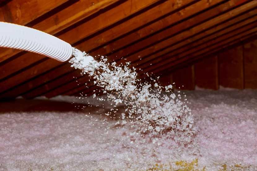 Foukaná izolaci je jednou z možností, jak zateplit střechu či strop