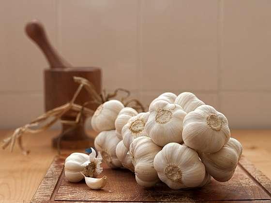Česnek a cibuli můžeme i pěkně splétat do svazků a copů a zavěsit v kuchyni, je to pěkná i praktická dekorace (Zdroj: Depositphotos (https://cz.depositphotos.com))