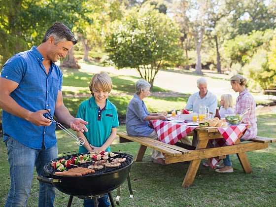 Posedět si venku s blízkými u dobrého jídla, patří k velmi oblíbeným aktivitám. Neobejde se to bez pořádného stolu. Výroba takového piknikového stolu není složitá a ušetří vám několik tisícovek (Zdroj: Depositphotos)