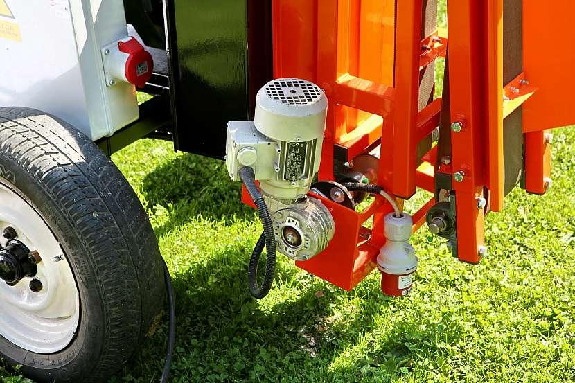 Stroj pohání tři elektromotory