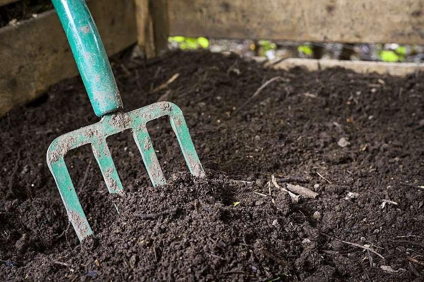 Přehazování kompostu