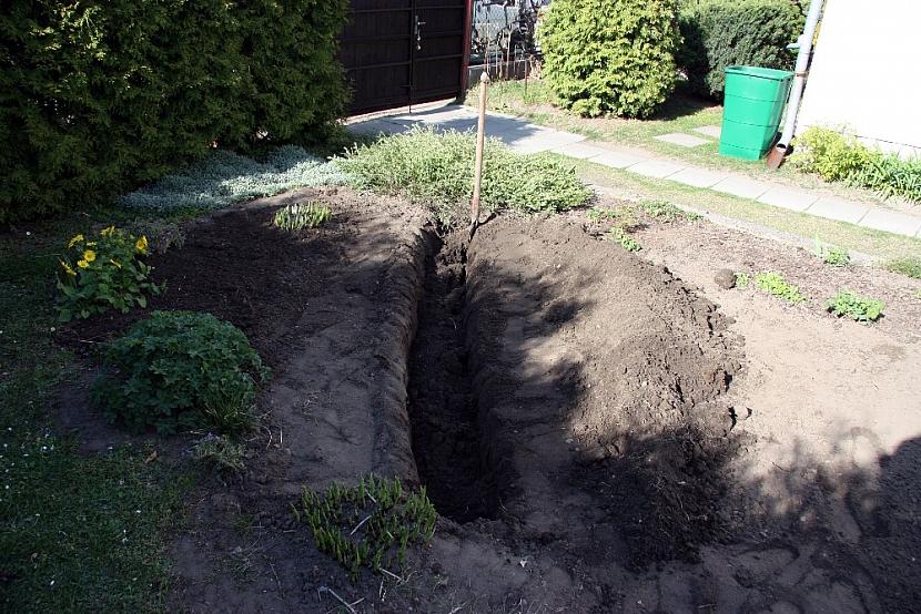 Betonové koryto na květiny: vykopejte jámu