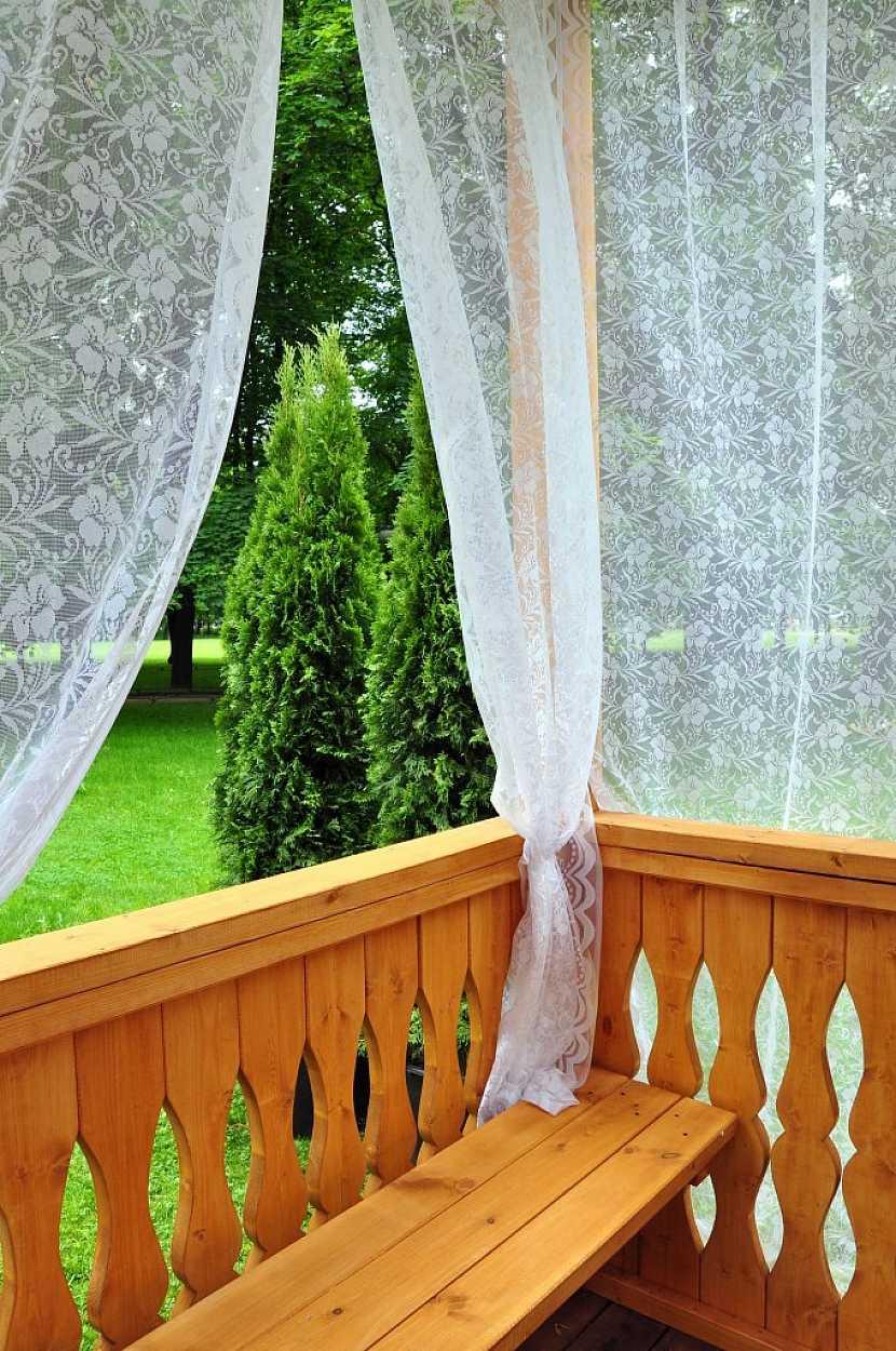 K zastínění balkónu poslouží i zatemňovací závěs či záclona