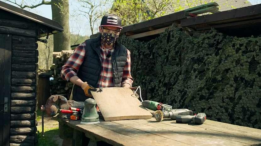 K výrobě držáku můžete využít staré prkno