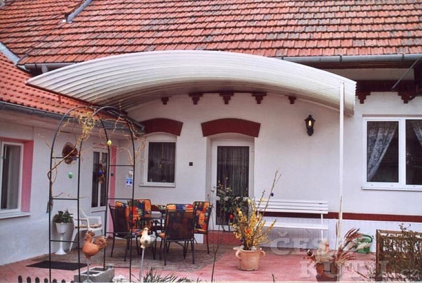 Prefabrikované oblouky umožňují pomocí jednoduché konstrukce zastřešení velkých i malých ploch, třeba posezení v zahradě, vedle bazénu, nebo na terase u domu.