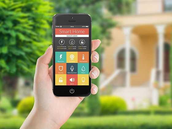 Stačí si pořídit několik zařízení, instalovat aplikace a topení, svícení či zámek mohou být ovládány telefonem. A máte chytrou domácnost. (Zdroj: Depostiphotos)
