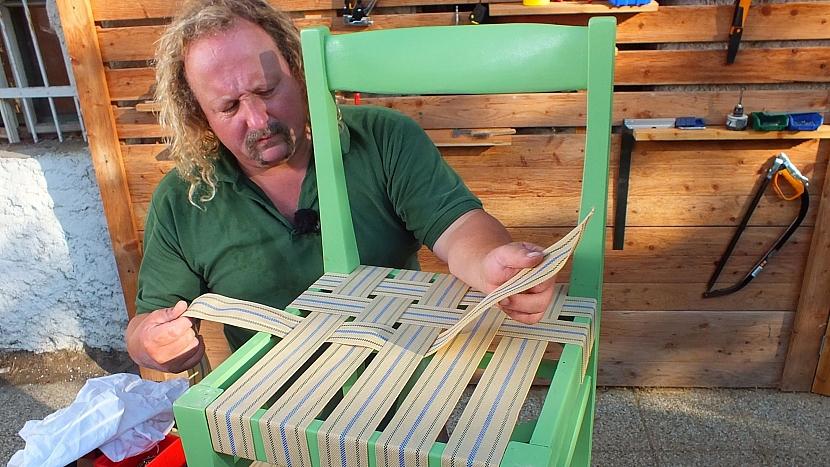 Křesílko ze staré židle: popruh udržujeme co nejvíce napnutý