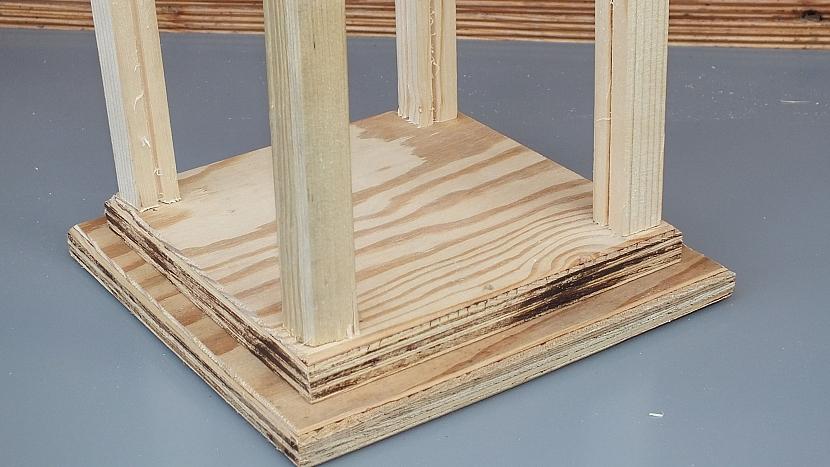 Zahradní lucerna: do rohů čtverce postavíme lišty s drážkou