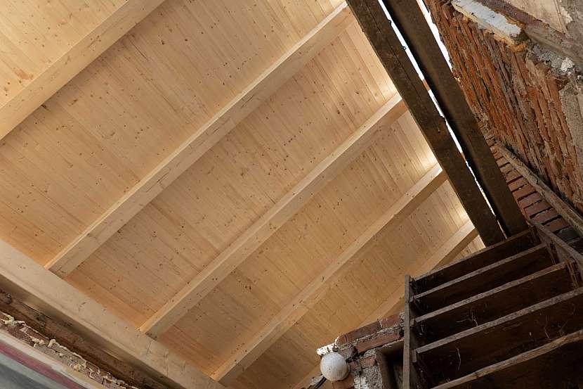 Palubky s přiznanými trámy krovu