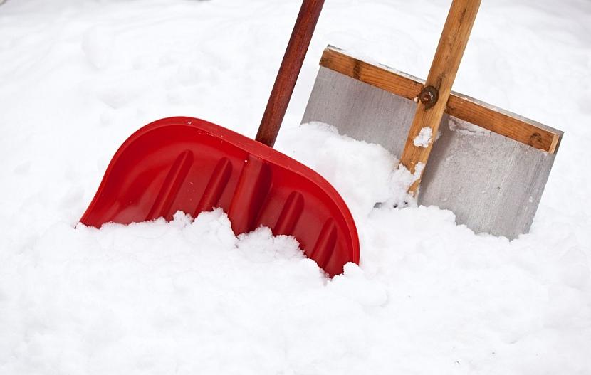 Vyberte si moderní aerodynamickou lopatu na sníh a ušetříte si spoustu sil