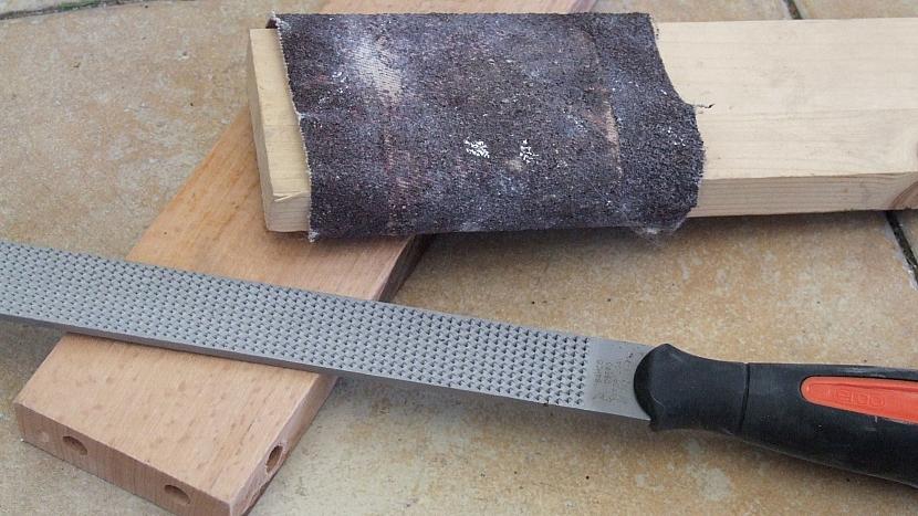Jak opravit dřevěné zahradní křesílko: obrousíme všechny otřepy