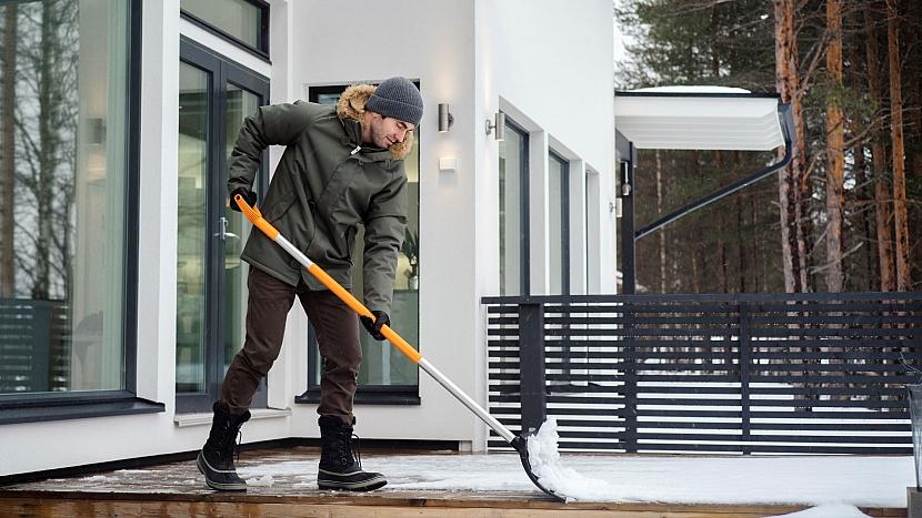 Roller SnowXpert slehkostí roluje vlhký sníh před sebou; je vhodný pro úklid vrstvy sněhu do zhruba 5 cm například při prohrnování cest.