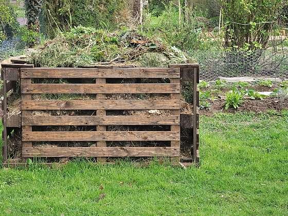 Kompost je nutné přehazovat, jedině tak se jeho přeměna urychlí (Zdroj: Depositphotos (https://cz.depositphotos.com))