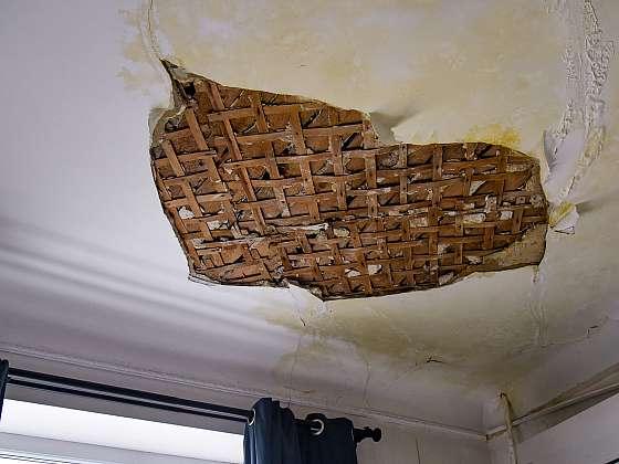 Spadlá omítka stropu z důvodu vytopení (Zdroj: Depositphotos (https://cz.depositphotos.com))