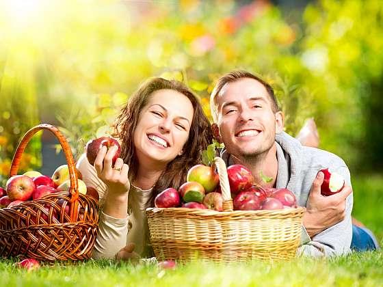 Jablka nejen skvěle chutnají, ale mají také mnoho vitamínů a důležitých látek, díky nimž náš organismus pomaleji stárne (Zdroj: Depositphotos (https://cz.depositphotos.com))