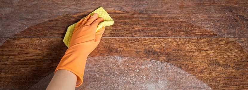Skvrny z dřevěné podlahy je třeba čistit jemně, ale efektivně