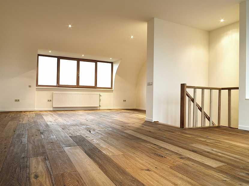 Stav dřevěné podlahy před renovací by měl posoudit zkušený podlahář