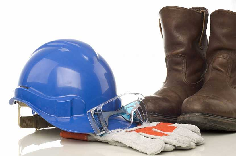 Součástí ochranné oděvu by měly být i pevné boty, rukavice, a ochrana hlavy a očí