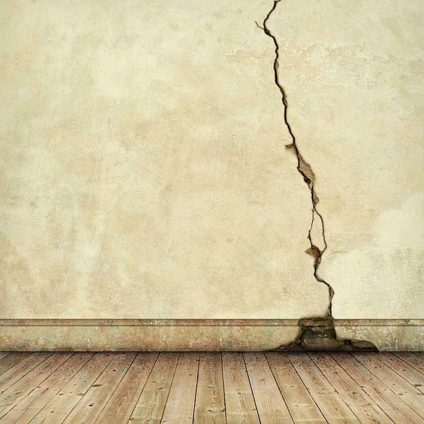 Praskliny v omítce můžou být povrchové nebo hloubkové