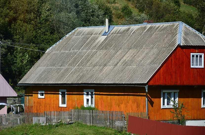 Azbestovým střechám již pomalu odzvání