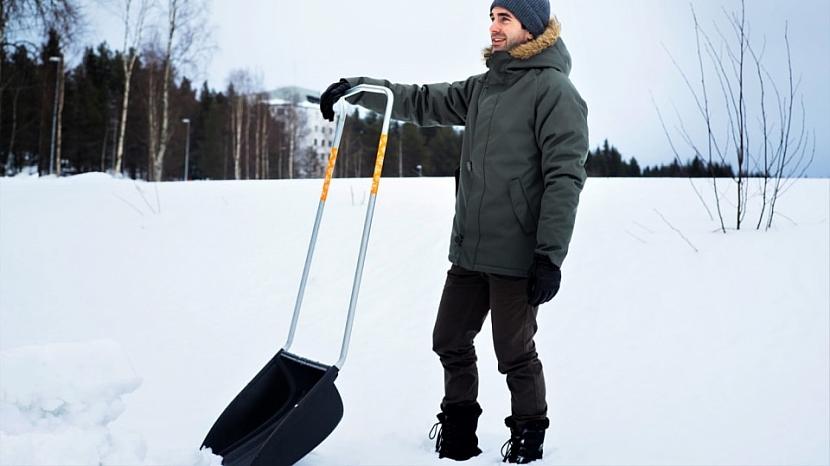 Shrnovač na sníh SnowXpert je stabilní a lehký, rám i držadlo zaručují pohodlné držení