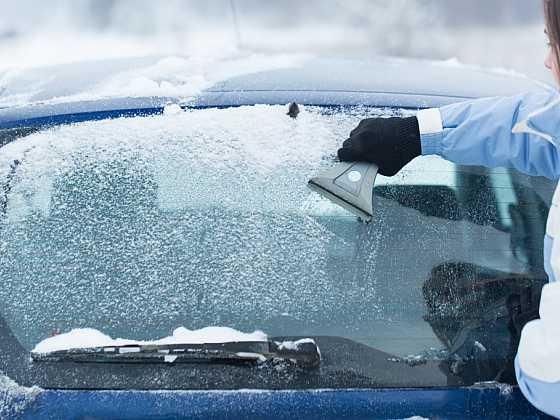 Námraza na oknech není nic příjemného a je otrava ji odstraňovat. Aby okna nezamrzala, stačí se řídit několik a jednoduchými radami. (Zdroj: Depositphotos)