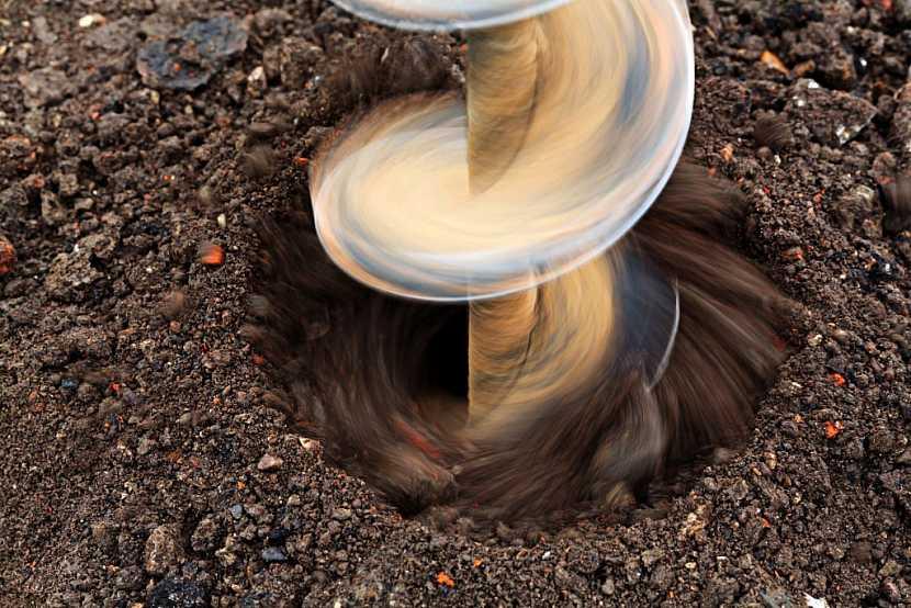 Detail vrtání základových děr jamkovacím vrtákem