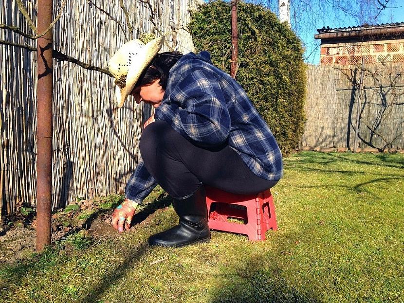 Práce v kleče na kolenou nebo ve dřepu?