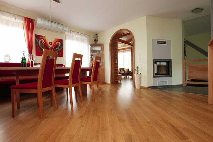 Která masivní podlaha bude do obýváku a kuchyně vhodná?