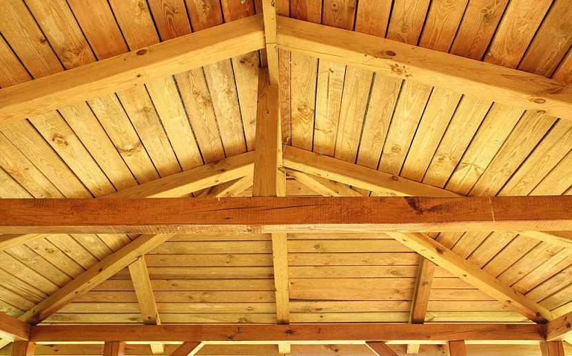 Těsnost střechy a nízká vlhkost je základem dlouhé životnosti dřeva