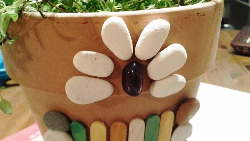DIY ozdobný květináč na bylinky: vytvořte z kamínku a oblázků květ