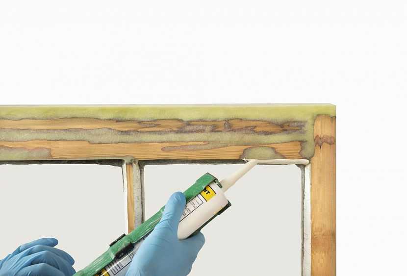 Poškozené okno je možné opravit tmelem a prodloužit mu životnost