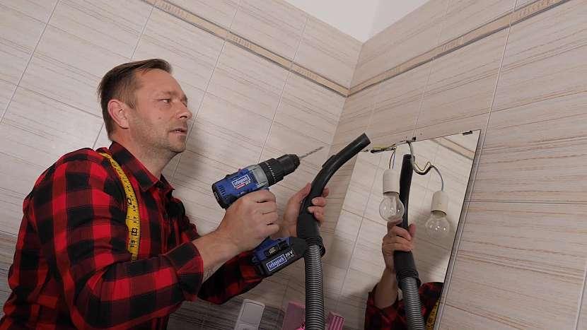 Pomocí zapnutého vysavače odsajte všechen prach, který při vrtání do zdi vznikne