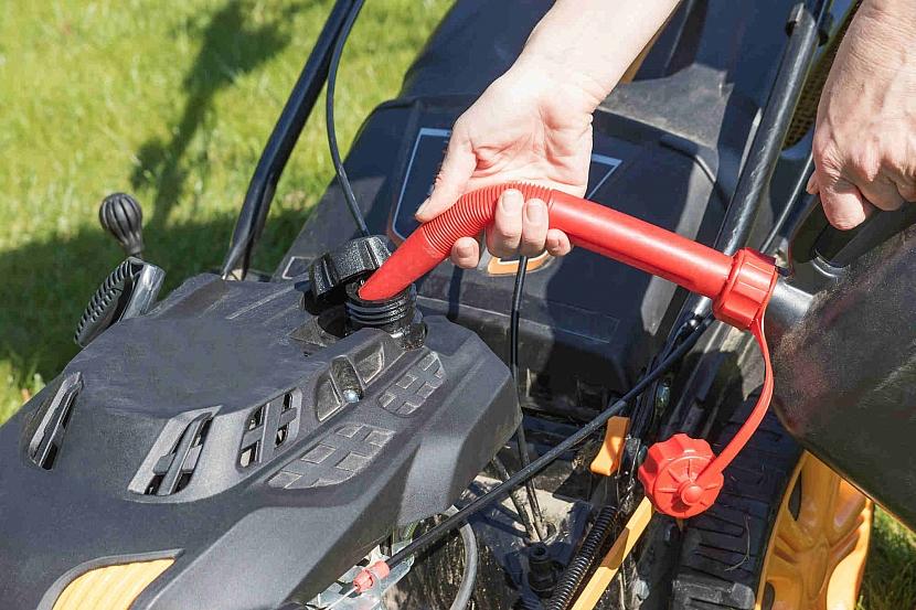 Dolévání benzínu do sekačky