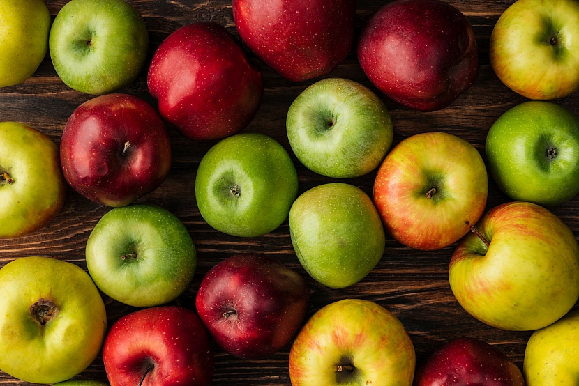 Jablka na stole
