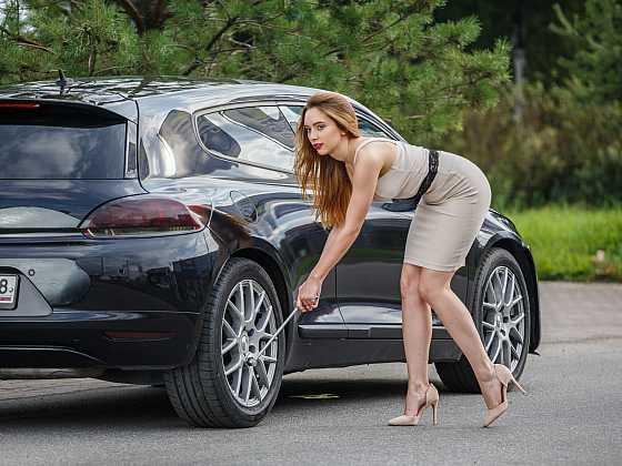 I žena si může umět vyměnit kolo u osobního automobilu (Zdroj: Depositphotos)