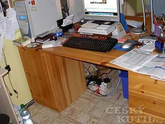 Kabely pod vašimi stoly potřebují nápad