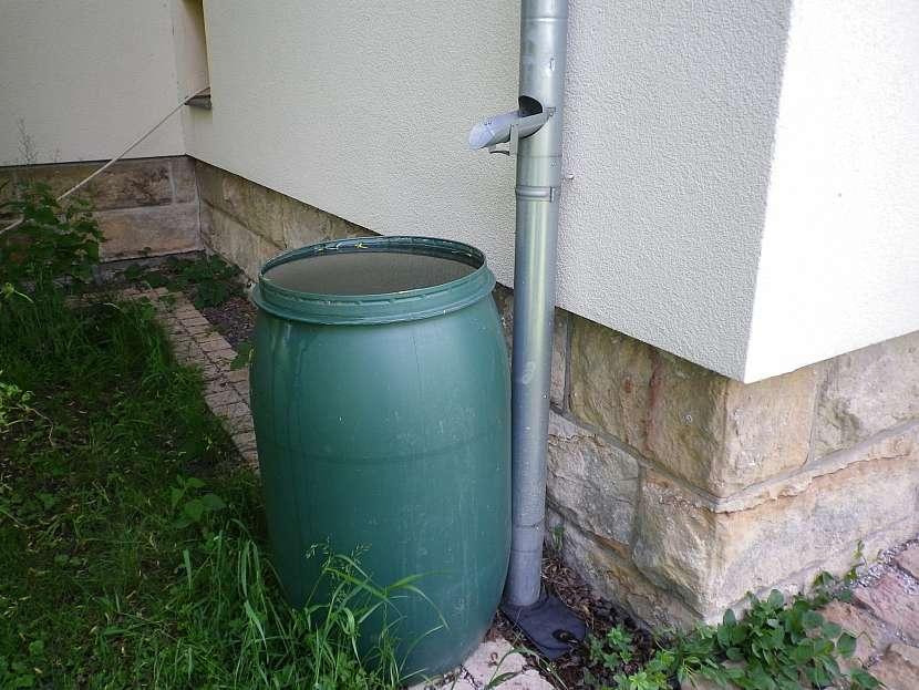 Dešťová voda v sudech