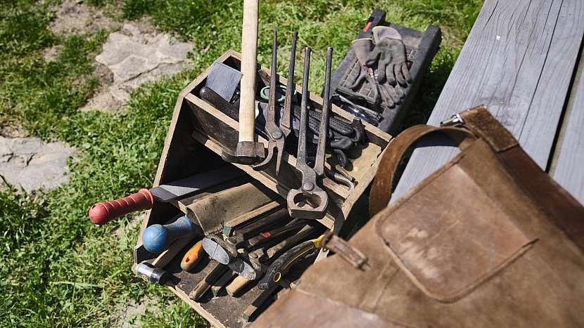 Podkováři často používají nástroje a pomůcky