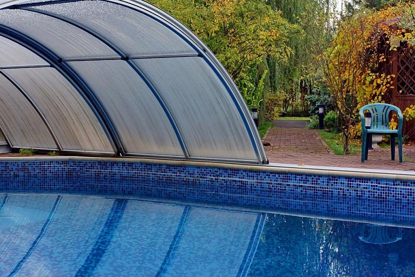 Bazénové zastřešení umožní užívat bazén i na podzim