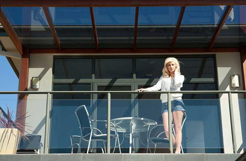 Kovový nábytek evokuje luxus, ale v horku nebude příjemný