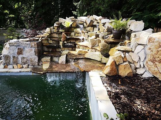 K zahradnímu jezírku si můžete vybudovat i umělý potůček či vodopád (Zdroj: Pavlína Wagnerová Málková)