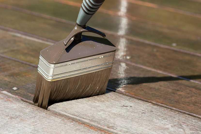 Dřevo na zábradlí by bez důkladného nátěru nepřežilo ani zimu