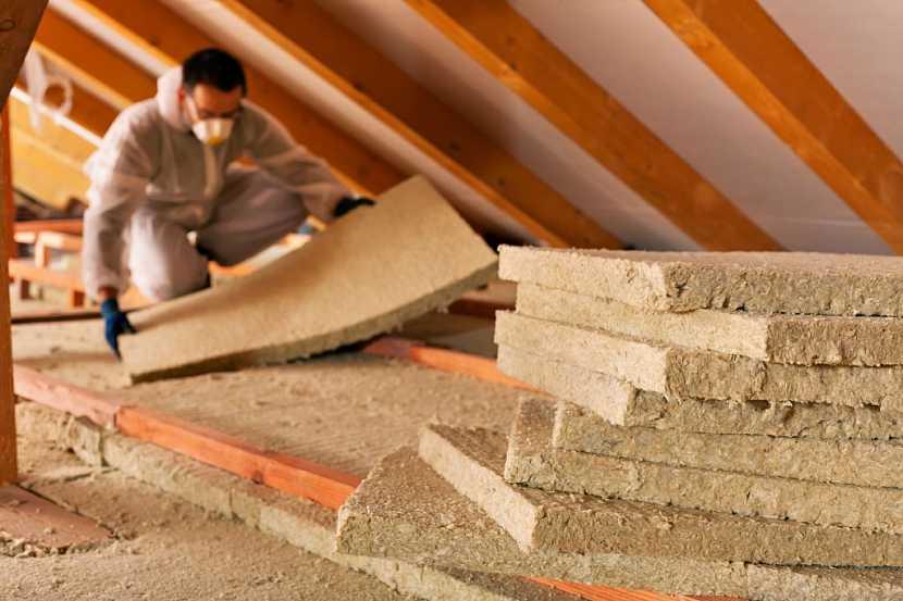 Zateplení stropu na nepochozích částech se provádí minerální vatou nebo konopným vláknem