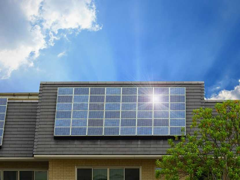 Pro splnění NZEB při elektrickém vytápění rodinného domu po roce 2020 je vhodným řešením instalace FVE
